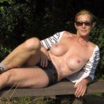 bronzette seins à l'air