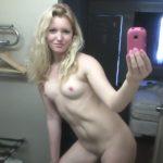 jolie blonde à poil dans sa salle de bain
